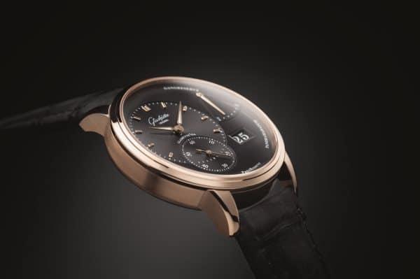 Une montre au corne courbe pour s'adapter au poignet