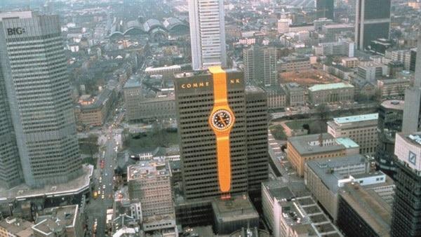Montre de Swatch en 1984 affiché sur l'immeuble de Commerzbank à Francfort