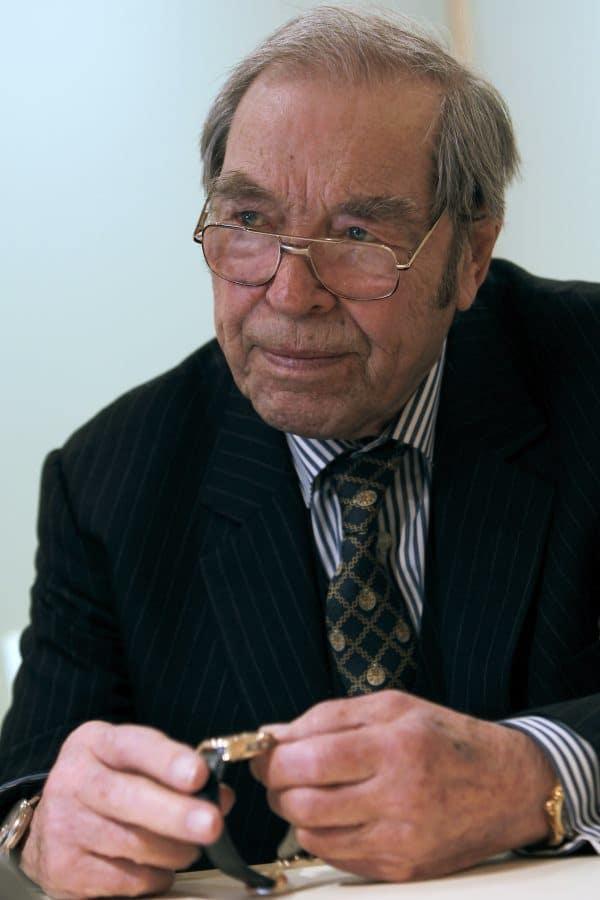George Daniels avec une montre